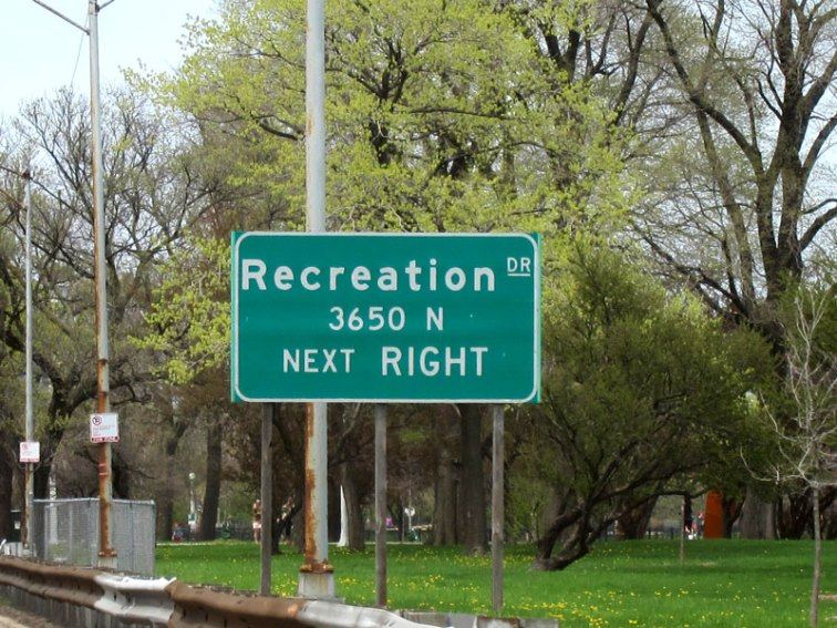 The exit sign for Recreation Drive in Chicago