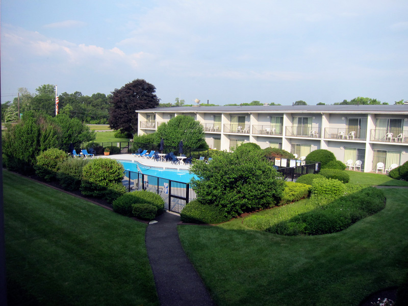An ordinary hotel (Second-floor view of the pool of the Best Western Plus at Historic Concord)